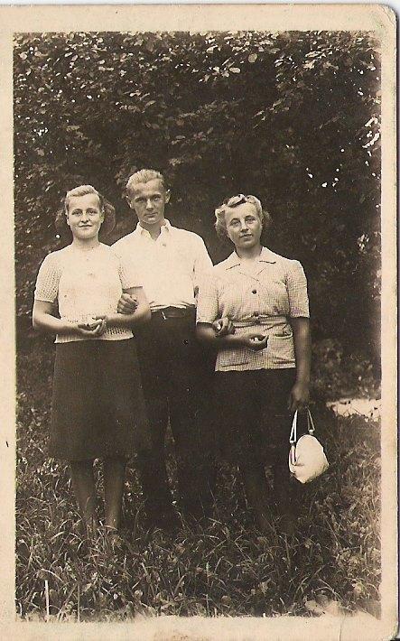 Zygmunt Szczudło z przyszłą żoną Jadwigą Buchowską i jej kuzynką Jadwigą Okulanis. Rok 1947.