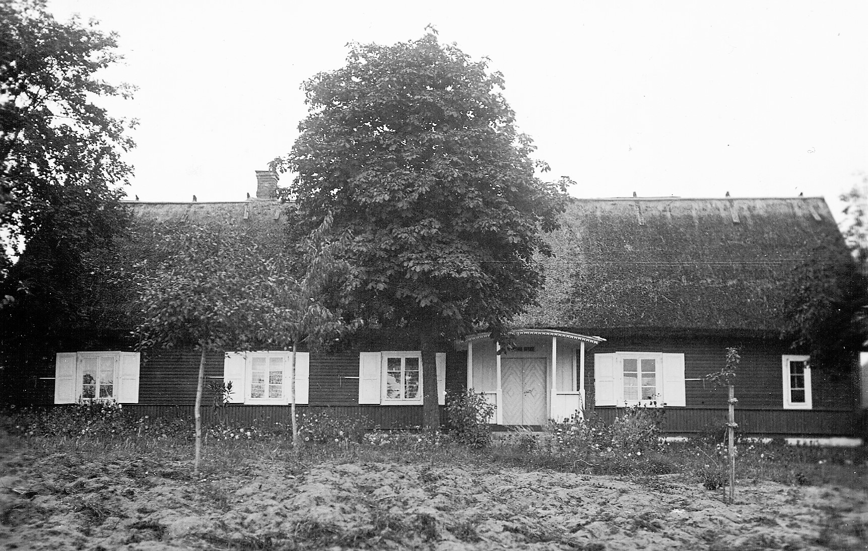 Plebania w Jaminach pobudowana w 1880 roku. Zdjęcie z 1938 roku.