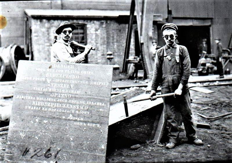 Emigranci pracujący w hucie w Ameryce