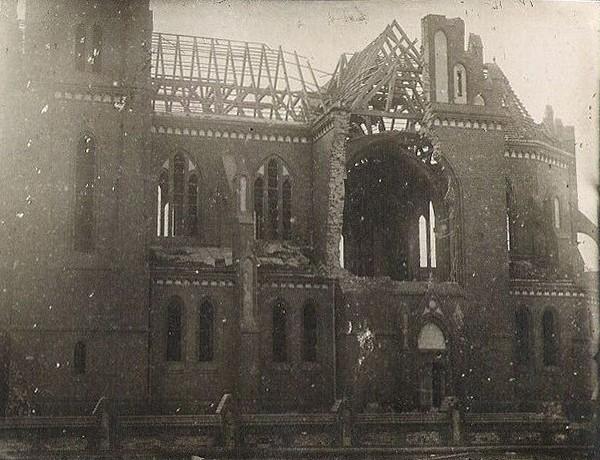 Zniszczenia sztabińskiego kościoła z II Wojny Światowej. Rok 1945.